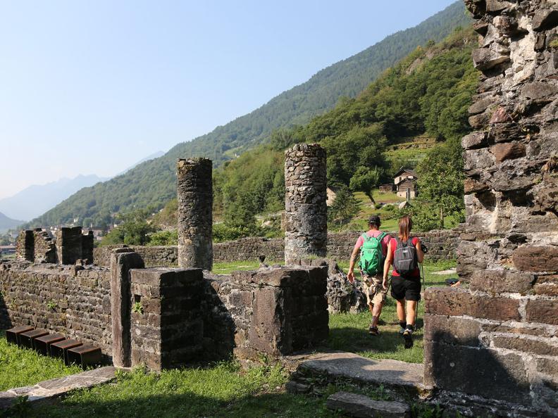 Image 4 - Rovine del castello di Serravalle