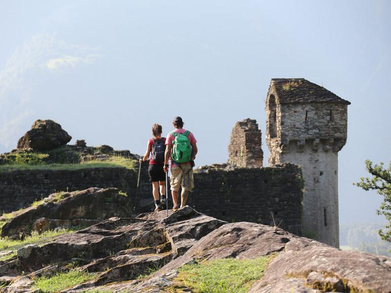 Image 3 - Rovine del castello di Serravalle