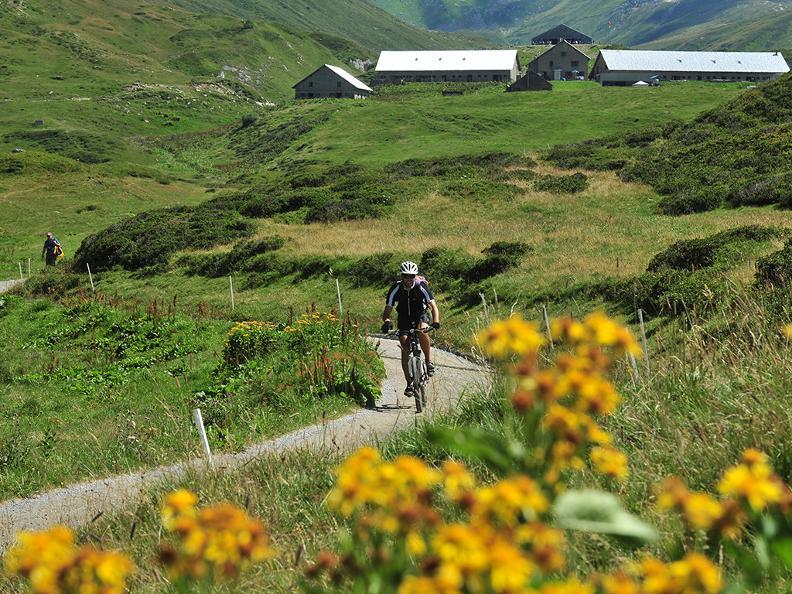 Image 2 - Tour du Val Leventina en e-bike